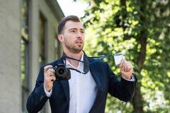 photojournalist i formella kläder med den digital fotokameran och press royaltyfria bilder