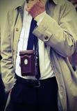photojournalist med den antika kameran och retro kläder Royaltyfri Bild