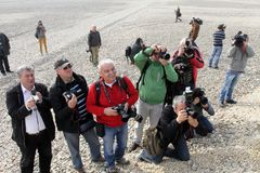 Photojournalists in actie terwijl het wachten van een Hollywood-ster beëindigt een film in Sofia, Bulgarije - nov13,2012 fotograf stock foto's