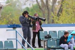Photojournalists som skjuter tennisen, matchar mellan Daniel GIMENO-TRAVER och Viktor TROICKI Arkivfoto