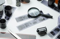 Photonegatives, 35mm ekranowe rolki i powiększać, - szkło na białym tle obrazy royalty free