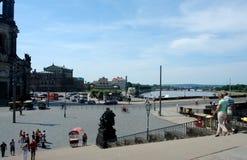 Photos avec l'infrastructure architecturale historique de ville d'été de fond de paysage de la vieille ville sur le remblai du ri Images stock