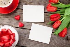 Photos de jour tulipes, boîte-cadeau et de ` rouges s de Valentine Photographie stock libre de droits