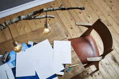 Photos de lampe de bouleau d'espace de travail de photographe sur la table en bois Photo stock