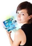 Photos de lecture rapide de jeune femme sur le comprimé moderne Image stock