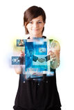 Photos de lecture rapide de jeune femme sur le comprimé moderne Photographie stock