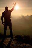 Photos de téléphone de prises d'homme Montagnes rêveuses de vieille galoche tandis que lever de soleil Photos stock