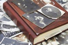 Photos de vintage avec l'album de famille photo stock