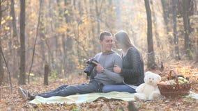 Photos de visionnement de couples sur l'appareil-photo banque de vidéos