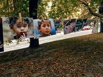 Photos des visages tristes des enfants accrochant sur des pinces à linge Photos libres de droits