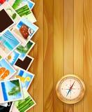 Photos et boussole de voyage sur le fond en bois. Photo stock