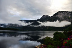 Photos of mountain and lake with morning fog over the lake in Hallstatt of Austria Stock Photography