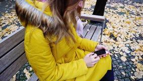 Photos se tenantes femelles attrayantes de smartphone et de lecture rapide, sittin Photo libre de droits