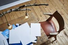 Photos sur la scène créative de chaos de table en bois Photographie stock libre de droits