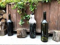 Photos uniques Bouteilles vides de vin avec de pleins souvenirs image stock