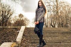 Photosession οδών του κοριτσιού Στοκ φωτογραφία με δικαίωμα ελεύθερης χρήσης