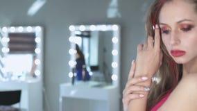 Photosession красивой голубоглазой модели с совершенной диаграммой и длинными волосами сток-видео