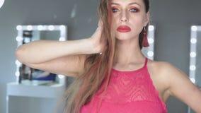 Photosession красивой голубоглазой модели с совершенной диаграммой и длинными волосами видеоматериал