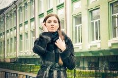Photosession улицы девушки Стоковое Изображение