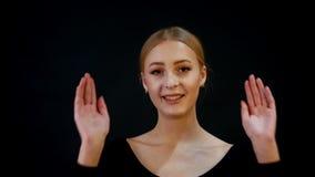 Photosession 年轻俏丽的妇女模型画象  浅褐色的头发,组成 盖她的面孔用手和 股票视频