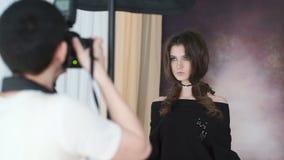 Photosession av den härliga modellen med det perfekta diagramet och långt hår stock video
