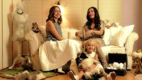 Photosession de la Navidad con dos muchachas, un niño y un perro en estudio ligero caliente almacen de video