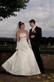 Photosession de mariage en stationnement classique Photographie stock libre de droits
