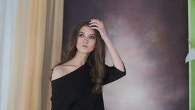Photosession del modelo hermoso con la figura perfecta y el pelo largo almacen de metraje de vídeo