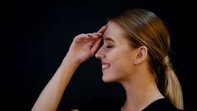 Photosession Portret młody ładny kobieta model Blondynka włosy, brąz uzupełnia uśmiecha się swobodny ruch zbiory