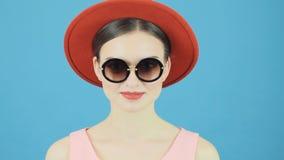 During Photoset di modello castana professionale La mano maschio è cambiare cappelli Ritratto di modo della donna sexy con sensua stock footage