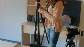 Photoshoot фотографа устанавливает комплект оборудования видеоматериал
