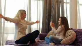 Photoshoot affectueux de maison d'enfant de maman de loisirs de famille banque de vidéos