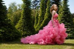 Photoshoot al aire libre del verano de la mujer hermosa en el vestido de noche de lujo Foto de archivo libre de regalías