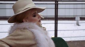 Photoshoot da coleção do revestimento do inverno para a tampa do compartimento Levantamento modelo bonito na frente da filme