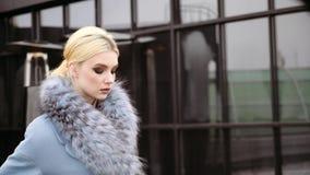 Photoshoot de la colección del abrigo de invierno para la cubierta de la revista Presentación modelo hermosa delante de a almacen de metraje de vídeo