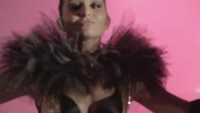 Photoshoot del retrato de la moda para hacer publicidad Muchacha de Latina con el hulahoop del LED metrajes