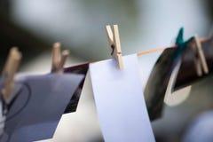 Photoshoot Fotos befestigt zum Seil mit W?scheklammern lizenzfreies stockbild