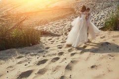 Photoshoot kochankowie w ślubnej sukni na plaży blisko morza zdjęcie royalty free