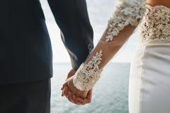 Photoshoot kochankowie w ślubnej sukni w górach blisko morza fotografia stock