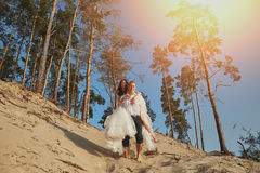 Photoshoot kochankowie w ślubnej sukni w górach blisko morza Obraz Stock