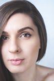 Photoshoot-Mädchen auf einheitlichem Hintergrund stockfotografie