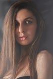 Photoshoot-Mädchen auf einheitlichem Hintergrund lizenzfreies stockbild