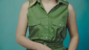 Photoshoot piękna dziewczyna: blondynka pozuje w studiu zbiory