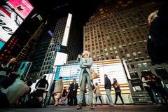 Photoshoot po środku times square budynek i kobieta Zdjęcie Royalty Free