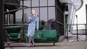 Photoshoot van de inzameling van de de winterlaag Het mooie model stellen voor een fotograaf Straatfotografie stock video