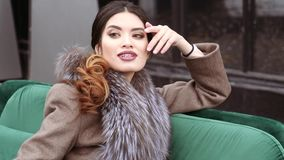 Photoshoot van de inzameling van de de winterlaag voor de dekking van het tijdschrift Het mooie model stellen voor a stock footage
