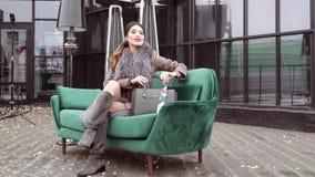 Photoshoot van de inzameling van de de winterlaag voor de dekking van het tijdschrift Het mooie model stellen voor a stock video