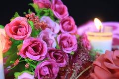 Photoshoot von schönen Blumenstraußrosen mit dem Kerzenbrennen Hintergrund-Valentinstag lizenzfreies stockbild