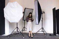 Photoshooting dietro le quinte nello studio immagine stock