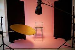 PhotoStudio με έναν ρόδινο ανακλαστήρα λάμψης υποβάθρου Στοκ φωτογραφίες με δικαίωμα ελεύθερης χρήσης